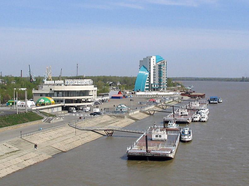 ... возле речного вокзала в Барнауле: world-river.ru/index/ob/0-9